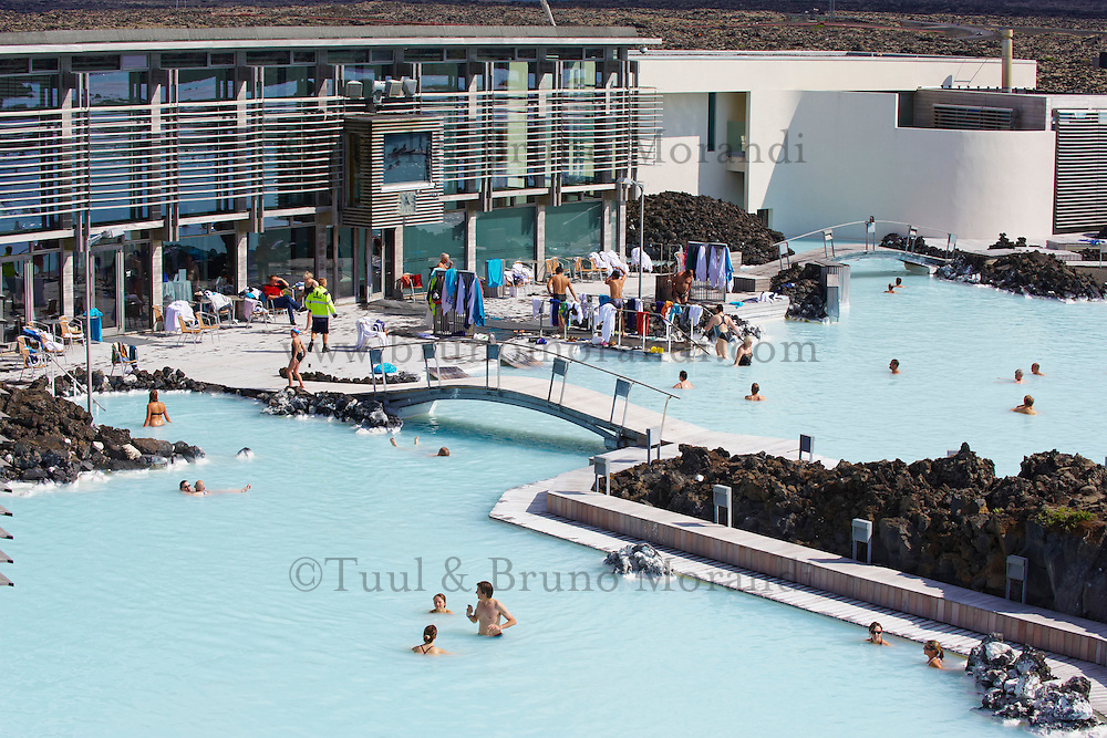 Islande, Piscine de Blue Lagoon proche d'une usine geothermique, Bain chaud // Iceland, Blue Lagoon, Geothermal factory and swimming pool, Hot bath