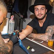 NLD/Hilversum/20151204 - Nieuwe tatoeage voor Dave Roelvink gezet door Frank Dane live in de uitzending van de Frank & Vrijdag Show op Radio 538, Dave Roelvink krijgt zijn tattoo