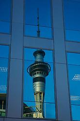 Sky Tower, considerada a maior construção do hemisfério sul, é referência para os turistas que andam pelo centro de Auckland. Por toda parte ela é visível, até como reflexo em prédios vizinhos. FOTO: Lucas Uebel/Preview.com