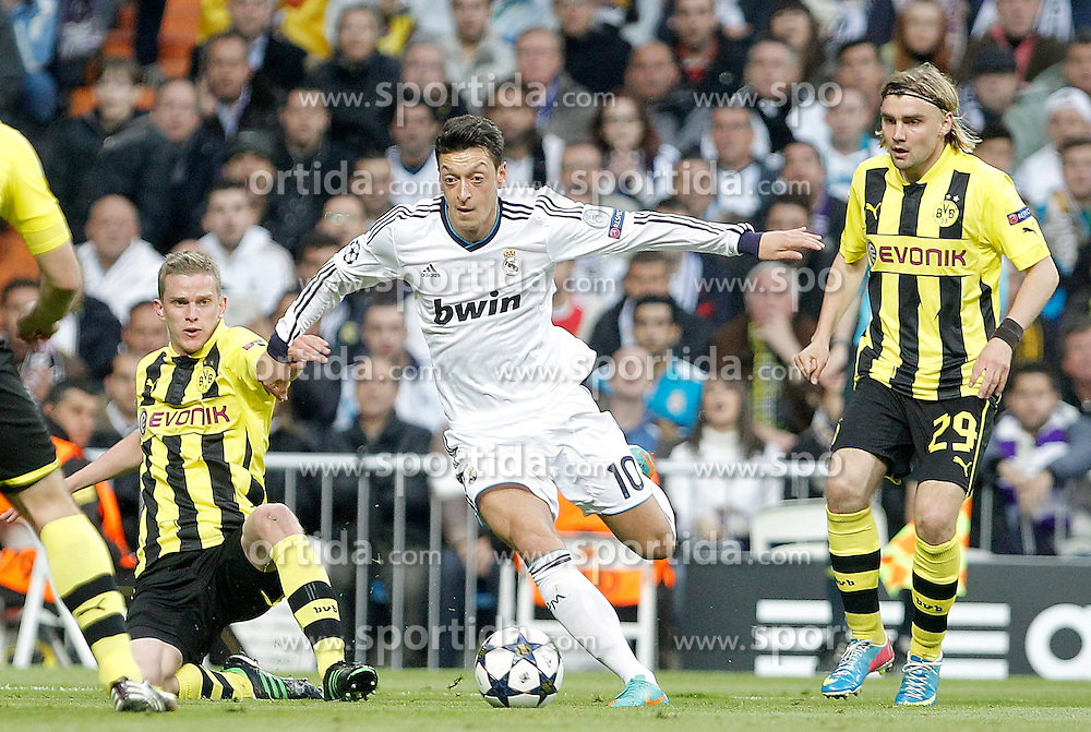 30.04.2013, Estadio Santiago Bernabeu, Madrid, ESP, UEFA CL, Real Madrid vs Borussia Dortmund, Halbfinale, Rueckspiel, im Bild Real Madrid's Mesut Özil against Borussia Dortmund's Sven Bender andf Marcel Schmelzer // during UEFA Champions League 2nd Leg Semifinal Match between Real Madrid and Borussia Dortmund at the Estadio Santiago Bernabeu, Madrid, Spain on 2013/04/30. EXPA Pictures © 2013, PhotoCredit: EXPA/ Alterphotos/ Alvaro Hernandez..***** ATTENTION - OUT OF ESP and SUI *****