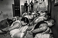 Requisition in bartolinas of the Police Post of the Union. Prisoners are led to the corridors and their hands tied to their control while police unit performs the registration of its dependencies