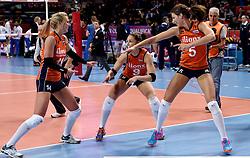 08-01-2016 TUR: European Olympic Qualification Tournament Nederland - Italie, Ankara<br /> De volleybaldames hebben op overtuigende wijze de finale van het olympisch kwalificatietoernooi in Ankara bereikt. Italië werd in de halve finales met 3-0 (25-23, 25-21, 25-19) aan de kant gezet / Laura Dijkema #14, Myrthe Schoot #9, Robin de Kruijf #5