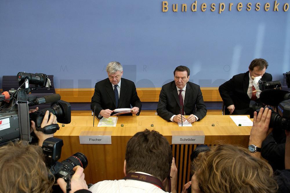 05 JAN 2005, BERLIN/GERMANY:<br /> Joschka Fischer (L), B90/Gruene, Bundesaussenminister, und Gerhard Schroeder (M), SPD, Bundeskanzler, vor Beginn einer Pressekonferenz zur Fluthilfe der Bundesregierung<br /> and Joschka Fischer (L), Federal Minister of Foreign Affairs, und Gerhard Schroeder (M), Federal Chancellor of Germany, before the beginning of a press conferece about the donations for the tsunami-hit nations<br /> IMAGE: 20050105-01-005<br /> KEYWORDS: Gerhard Schröder, Flutkatastrophe, Sturmflut, Erdbeben, Treppe, Tsunami, Journalisten, Fotografen, Kamera, Camera