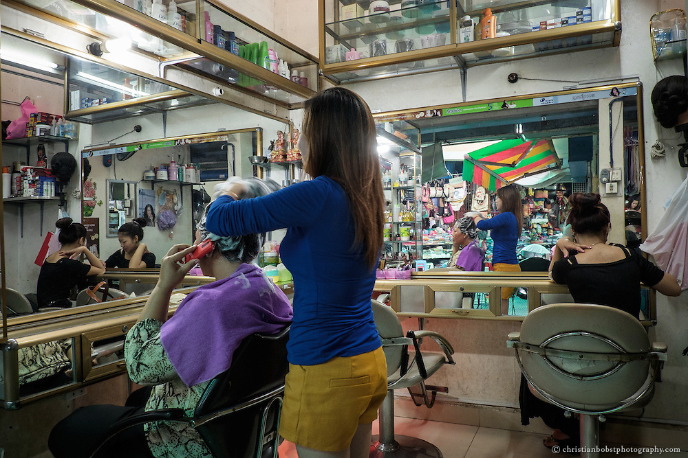 In the four streets, which lead away from the main hall of the central market, several hairdressers are also found.