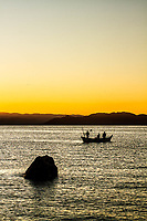 Barco de pesca na Baía Norte ao por do sol. Florianópolis, Santa Catarina, Brasil. / Fishing boat in North Bay at sunset. Florianopolis, Santa Catarina, Brazil.