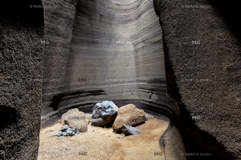 INTERIOR DE LAS CARCAVAS DEL VOLCAN MALACARA, LA PAYUNIA, MALARGUE, PROVINCIA DE MENDOZA, PATAGONIA, ARGENTINA (PHOTO BY © MARCO GUOLI - ALL RIGHTS RESERVED)