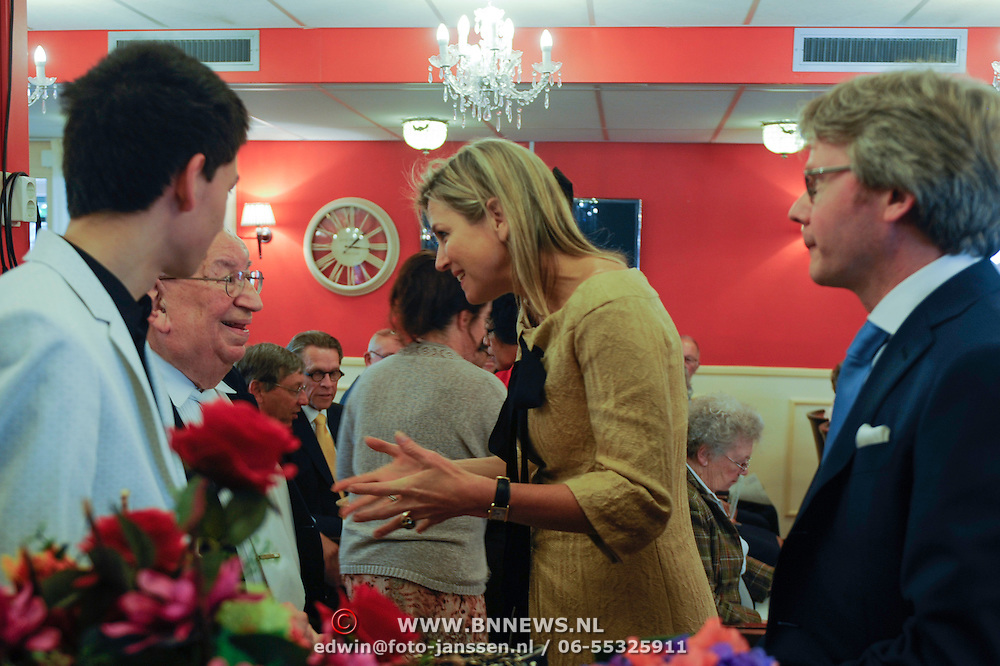 NLD/Huizen/20140515 -  Koningin Maxima woont jubileumconcert Stichting Muziek in Huis bij in Huizen<br /> <br />                                                                         <br /> Queen Maxima at the 15th anniversary and 7500 ste concert of the Music in House Foundation at the Elderly home De Bolder in Huizen    -  on the photo: Queen Maxima and pianoplayer Daniel Wa