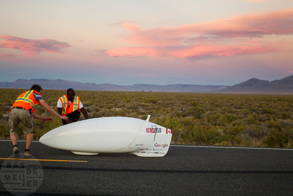 Todd Reichert verbetert zijn eigen wereldrecord dat hij eerder in de week reed tijdens de laatste racedag. In Battle Mountain (Nevada) wordt ieder jaar de World Human Powered Speed Challenge gehouden. Tijdens deze wedstrijd wordt geprobeerd zo hard mogelijk te fietsen op pure menskracht. Het huidige record staat sinds 2015 op naam van de Canadees Todd Reichert die 139,45 km/h reed. De deelnemers bestaan zowel uit teams van universiteiten als uit hobbyisten. Met de gestroomlijnde fietsen willen ze laten zien wat mogelijk is met menskracht. De speciale ligfietsen kunnen gezien worden als de Formule 1 van het fietsen. De kennis die wordt opgedaan wordt ook gebruikt om duurzaam vervoer verder te ontwikkelen.<br /> <br /> In Battle Mountain (Nevada) each year the World Human Powered Speed ​​Challenge is held. During this race they try to ride on pure manpower as hard as possible. Since 2015 the Canadian Todd Reichert is record holder with a speed of 136,45 km/h. The participants consist of both teams from universities and from hobbyists. With the sleek bikes they want to show what is possible with human power. The special recumbent bicycles can be seen as the Formula 1 of the bicycle. The knowledge gained is also used to develop sustainable transport.