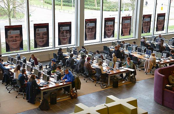 Nederland, Nijmegen, 8-2-2013Studenten achter de monitor, monitoren, beeldscherm, beeldschermen in de bibliotheken van de Radboud Universiteit. Hier in de universiteitsbibliotheek.ub.Foto: Flip Franssen/Hollandse Hoogte