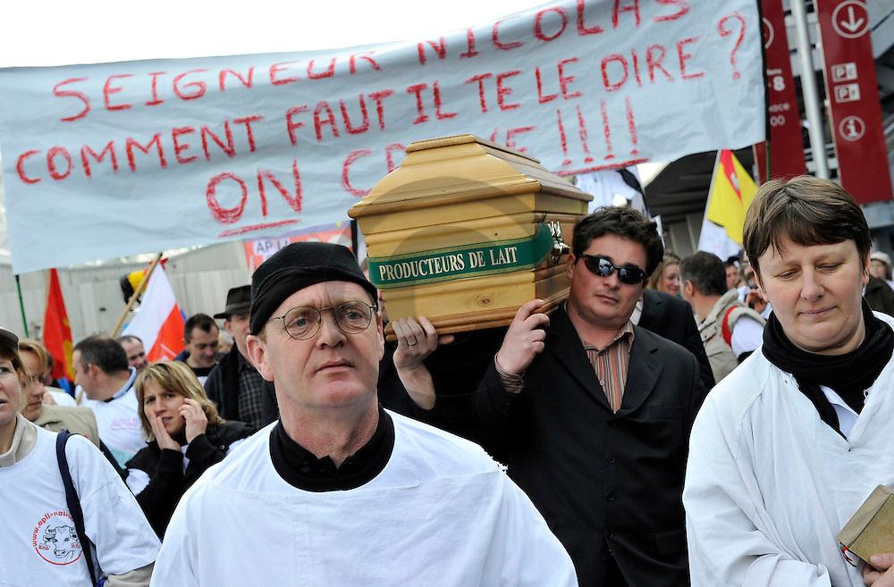 01/03/2010 - PARIS - FRANCE - Manifestation des producteurs de lait Europeens organisee par l APLI (Association des producteurs de lait independant) et l EMB (European Milk Board) au Salon de l Agriculture 2010 - Photo Jerome CHABANNE