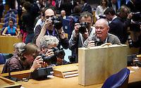 Nederland. Den Haag, 20 september 2011.<br /> Persfotografen fotojournalisten verdringen zich rond het koffertje<br /> Minister van Financien Jan Kees de Jager in de Tweede Kamer met het Koffertje, rijksbegroting, miljoenennota, traditie, traditioneel, bezuinigen, bezuinigingen, rijksfinancien, schuldencrisis<br /> Prinsjesdag. Derde dinsdag van september, derde dinsdag in september, miljoenennota, monarchie, politiek, kabinet Rutte, <br /> Foto Martijn Beekman