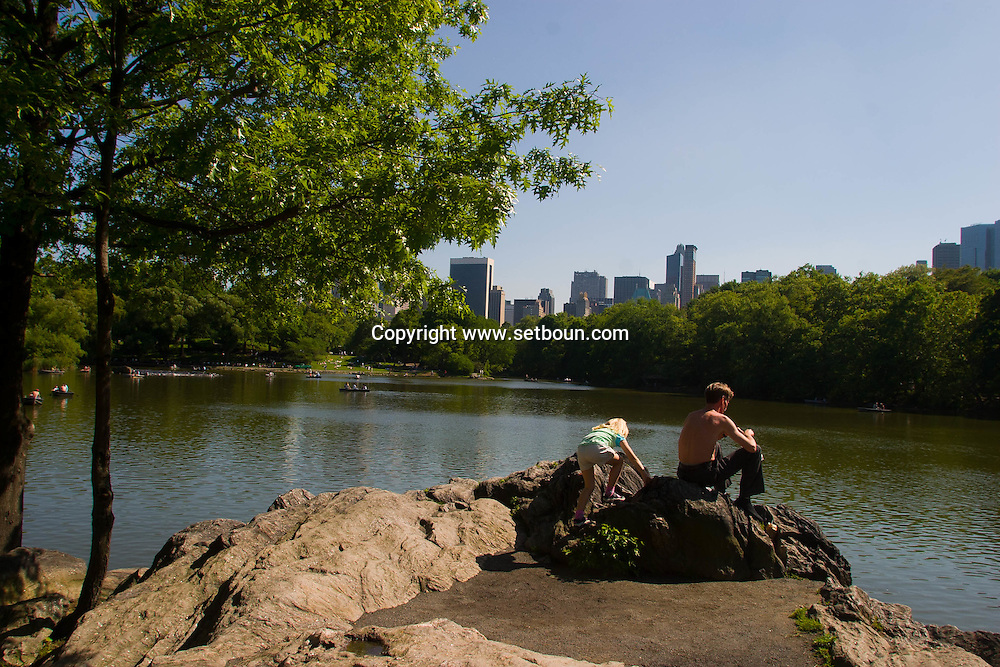 = tourists rowing on the lake, skyline of central park  and the lake  New york -  /// touristes en barque ramant sur le lac, +