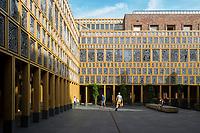 Stadhuis Deventer met kunstwerk van Loes van Anscher. Het kunstwerk bestaat uit 2264 vingerafdrukken van Deventenaren als raamwerken.