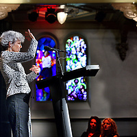 Nederland, Amsterdam , 15 mei 2014.<br /> Vijf finalistes Anne Zernike Spreekwedstrijd.<br /> Zondag 15 juni aanstaande om 11.00 uur nemen vijf getalenteerde vrouwen het in Paradiso in Amsterdam tegen elkaar op in de Anne Zernike Spreekwedstrijd. Zij houden een korte inleiding rond het thema 'Alle kunst is heilig' met daarbij aandacht voor religie, cultuur en maatschappelijk engagement. De finalistes treden daarmee in de voetsporen van Anne Zernike, eerste vrouwelijke predikante van Nederland en de echtgenote van beeldend kunstenaar Jan Mankes.<br /> <br /> Een deskundige jury onder leiding van kunstenares Tinkebell beoordeelt hen op inhoud, spreekvaardigheid en originaliteit.<br /> Op de foto: finaliste Lisette Thooft tijdens haar preek.<br /> Foto:Jean-Pierre Jans