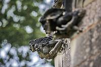 Triade (Alma, Dahud &amp; Malgwen)<br />La chapelle de Bethl&eacute;em est une chapelle vou&eacute;e au culte catholique romain, situ&eacute;e &agrave; St Jean de Boiseau, en Loire-Atlantique.<br /> Le monument est construit au XVe&nbsp;si&egrave;cle, mais c&lsquo;est sa r&eacute;novation en 1995 qui le fait passer &agrave; la post&eacute;rit&eacute;.  Restaur&eacute;e par le sculpteur Jean-Louis Boistel,qui reprend  les codes de la&nbsp;mythologie, du&nbsp;christianisme et de l'&eacute;poque contemporaine, la chapelle se pare de sculptures pour le moins surprenantes :  gremlins, aliens et m&ecirc;me Goldorak.<br /> L&rsquo;origine sacr&eacute;e du lieu vient de la pr&eacute;sence d&lsquo;une source, aupr&egrave;s de laquelle, initialement, le&nbsp;druidisme&nbsp;cr&eacute;e une c&eacute;r&eacute;monie &agrave;&nbsp;Beltane, afin de c&eacute;l&eacute;brer la f&eacute;condit&eacute;. <br /> Les chim&egrave;res sont les suivantes&nbsp;:<br /> - pinacle&nbsp;nord-ouest, dit de l&lsquo;&acirc;me &laquo;&nbsp;l&lsquo;Homme&nbsp;&raquo;:<br /> &bull;un&nbsp;sanglier&nbsp;(traque du spirituel)<br /> &bull;un&nbsp;centaure&nbsp;(conflits entre instinct et raison)<br /> &bull;Sainte Anne&nbsp;a l&lsquo;ancre (fermet&eacute;, solidit&eacute;, tranquillit&eacute;, fid&eacute;lit&eacute;)<br /> &bull;Adam&nbsp;<br /> - l&rsquo;archivolte, pr&eacute;sentant l&rsquo;arbre de vie<br /> - pinacle&nbsp;ouest, dit de l&lsquo;&acirc;me &laquo;&nbsp;la Femme&nbsp;&raquo;:<br /> &bull;&Egrave;ve<br /> &bull;une&nbsp;triade&nbsp;(Alma,&nbsp;Dahud&nbsp;et&nbsp;Malgwen)<br /> &bull;une&nbsp;sir&egrave;ne&nbsp;(luxure)<br /> &bull;un&nbsp;serpent&nbsp;(le fantasme et le myst&egrave;re)&nbsp;<br /> - pinacle&nbsp;sud-ouest, dit de l&lsquo;inconscient<br /> &bull;Goldorak&nbsp;(droiture, chevalier des temps modernes)<br /> &bull;un&nbsp;Gremlin&nbsp;(mauvais monstre de l&lsquo;homme)<br /> &bull;Gizmo&nbsp;(bon monstre qu&lsquo;est l&lsquo;homme)<br /> &bull;l&lsquo;ironie&nbsp;(arrogance de 