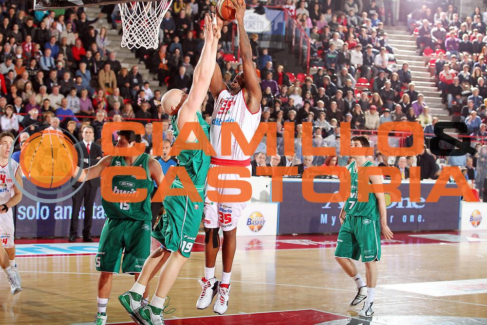 DESCRIZIONE : Varese Lega A 2010-11 Cimberio Varese Benetton Treviso<br /> GIOCATORE : Ronald Slay<br /> SQUADRA : Cimberio Varese<br /> EVENTO : Campionato Lega A 2010-2011<br /> GARA : Cimberio Varese Benetton Treviso<br /> DATA : 19/02/2011<br /> CATEGORIA : Tiro<br /> SPORT : Pallacanestro<br /> AUTORE : Agenzia Ciamillo-Castoria/G.Cottini<br /> Galleria : Lega Basket A 2010-2011<br /> Fotonotizia : Varese Lega A 2010-11 Cimberio Varese Benetton Treviso<br /> Predefinita :