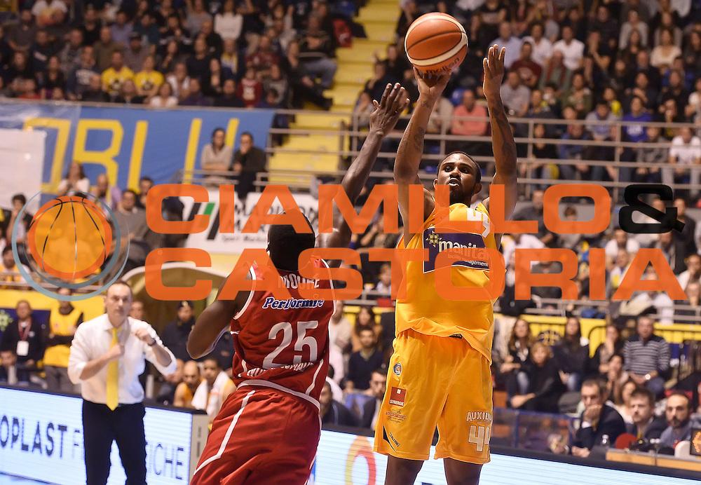 DESCRIZIONE : Torino Auxilium Manital Torino Giorgio Tesi Group Pistoia<br /> GIOCATORE : Ian Miller<br /> CATEGORIA : tiro three points<br /> SQUADRA : Manital Auxilium Torino<br /> EVENTO : Campionato Lega A 2015-2016<br /> GARA : Auxilium Manital Torino Giorgio Tesi Group Pistoia<br /> DATA : 07/12/2015 <br /> SPORT : Pallacanestro <br /> AUTORE : Agenzia Ciamillo-Castoria/R.Morgano<br /> Galleria : Lega Basket A 2015-2016<br /> Fotonotizia : Torino Auxilium Manital Torino Giorgio Tesi Group Pistoia<br /> Predefinita :