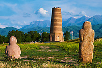 Kirghizistan, province de Chuy, la tour de Bourana et des balbals, stèles en pierre sur le site archéologique de l'ancienne ville de Balasagun  //  Kyrgyzstan, Chuy province, Burana tower and balbal grave stone, ancien city of Balagasun