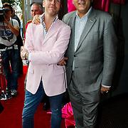NLD/Amsterdam/20100801 - Inloop premiere musical Crazy Shopping, Henk Krol en partner Reon Nettenbreijers