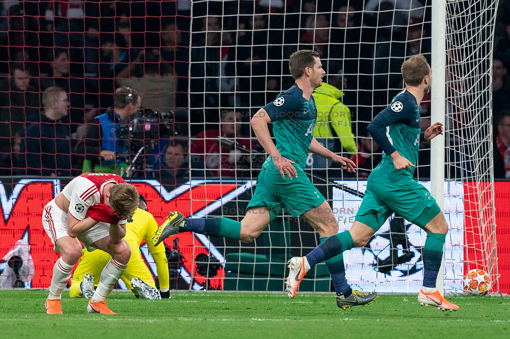 08-05-2019 NED: Semi Final Champions League AFC Ajax - Tottenham Hotspur, Amsterdam<br /> After a dramatic ending, Ajax has not been able to reach the final of the Champions League. In the final second Tottenham Hotspur scored 3-2 / Frenkie de Jong #21 of Ajax, Andre Onana #24 of Ajax, SChristian Eriksen #23 of Tottenham Hotspur