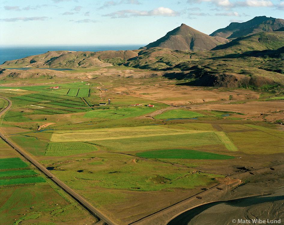 Hnaukar og &THORN;vott&aacute;, Fyrrum sj&uacute;kraflugv&ouml;llur, s&eacute;&eth; til su&eth;urs. Dj&uacute;pavogshreppur &aacute;&eth;ur Geithellnahreppur  /    <br /> Hnaukar and Thvotta, former rescue airfield, viewing south. Djupavogshreppur former Geithellnahreppur.