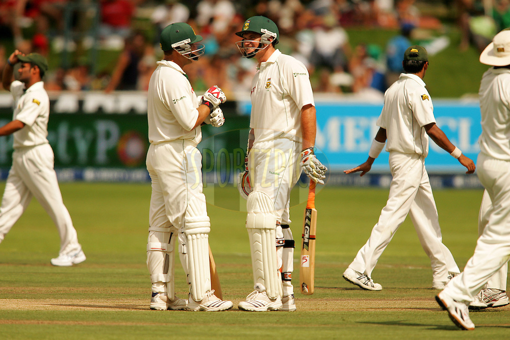 WESTERN CAPE, SOUTH AFRICA - 26th January 2007, Jacques Kallis and Graeme Smith talk tactics during day 1 of the third test between South Africa and Pakistan held at Newlands Stadium, Cape Town...Photo by RG/Sportzpics.net..