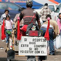 Toluca, Mex.- Un comerciante pasa en su triciclo por el tianguis de La Aviacion, en la carretera Toluca-Atlacomulco, donde la noche de ayer, se llevo a cabo la reubicacion de los comerciantes que ya estaban credencializados. Agencia MVT / Javier Rodriguez. (DIGITAL)<br /> <br /> <br /> <br /> NO ARCHIVAR - NO ARCHIVE