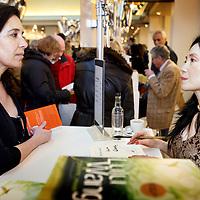 Nederland, Amsterdam , 6 maart 2010..Schrijfster Lulu Wang tijdens de signeersessies in de Bijenkorf voorafgaande aan de Boekenweek 2010..Foto:Jean-Pierre Jans