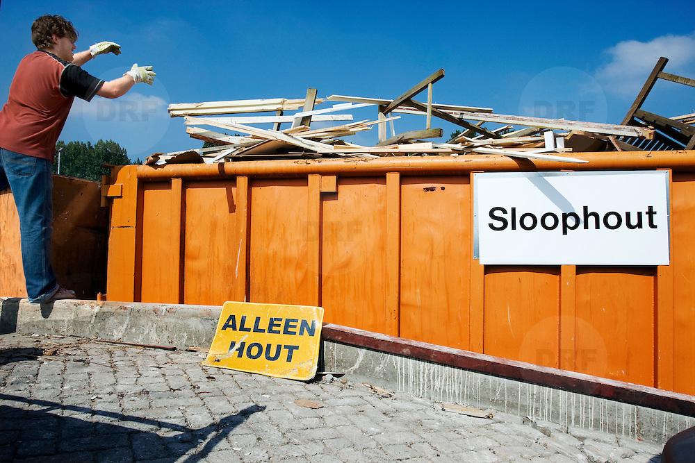 Nederland Barendrecht 30 augustus 20080830 Foto: David Rozing .Milieupark Carnisselande, op het afvalaanbiedstation kunnen afvalstoffen afkomstig van particuliere huishoudens worden aangeboden. Man gooit hout in afval container..Garbage disposal, enviroment, enviromental, green initiative..Foto: David Rozing