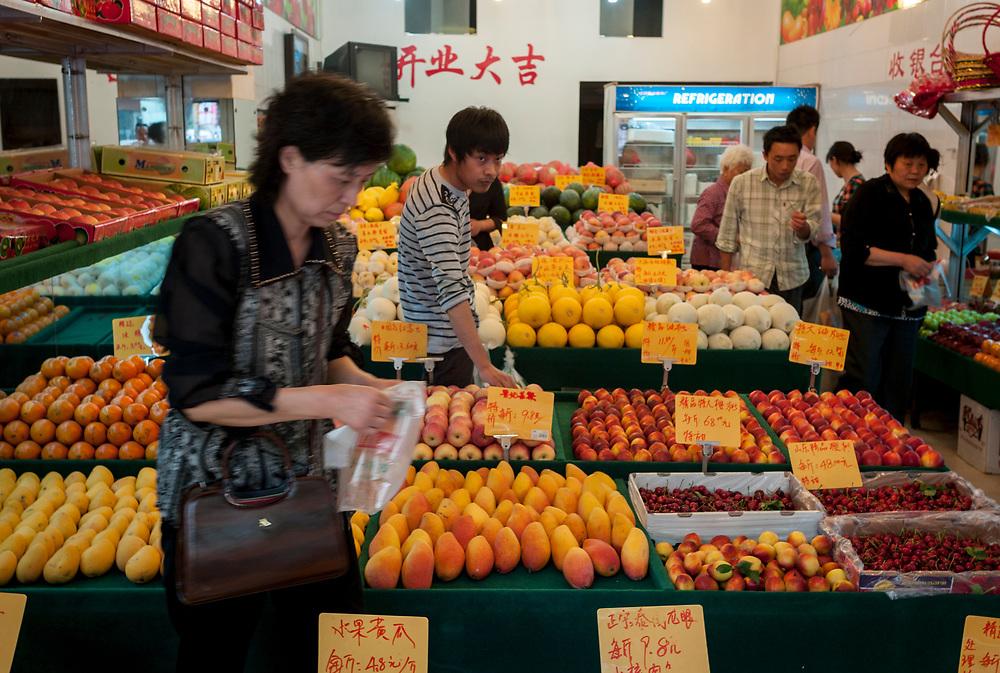 Nankin, Chine. Centre ville. Un magasin vend exclusivement des fruits.<br /> <br /> Nanjing, China. City center. A Fruit shop.