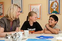 24 AUG 2009, BERLIN/GERMANY:<br /> Manuela Schwesig, SPD, Sozialministerin Mecklenburg-Vorpommern und Mitglied im Team S teinmeier, im Gespraqech mit Vanessa Pruegel (10 Jahre), und Hassan Onat (10 Jahre alt), (v.L.n.R.), waehrend dem Besuch des Familienzentrums Mehringdamm, Berlin-Kreuzberg<br /> IMAGE: 20090824-03-075<br /> KEYWORDS: Kind, Kinder, Kindergarten, Gespräch, Gespraech