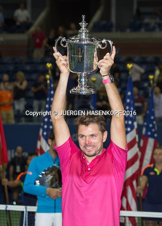 STAN WAWRINKA (SUI)  mit Pokal, Siegerehrung<br /> <br /> Tennis - US Open 2016 - Grand Slam ITF / ATP / WTA -  USTA Billie Jean King National Tennis Center - New York - New York - USA  - 11 September 2016.
