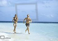 Junges Paar beim Joggen am Strand (model-released)
