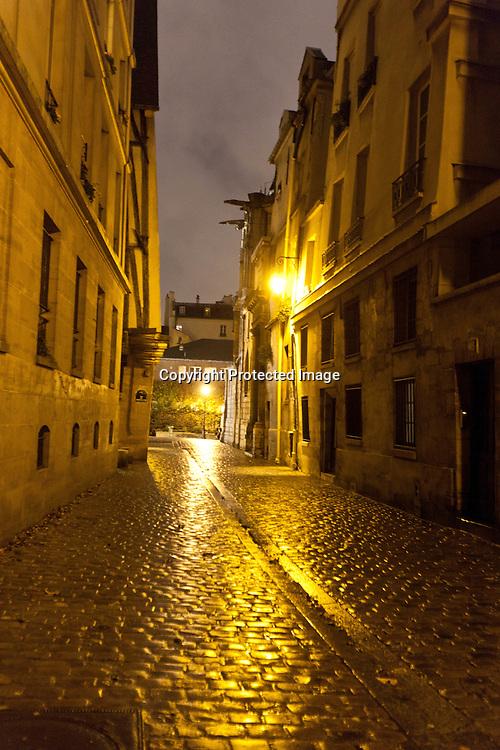 rue des barres rue du grenier sur l' eau , le marais , under the rain at night  Paris /// paris sous la pluie, le marais  la nuit