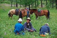 Mongolie, Province d'Ovorkhangai, Vallee de l'Orkhon, Tegche et Davagdorj, nomades a la recherche de leurs troupeaux. // Mongolia, Ovorkhangai province, Orkhon valley, Tegche and Davagdorj, nomads looking for their drove.