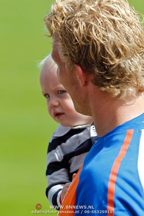 NLD/Katwijk/20100831 - Training Nederlands Elftal kwalificatie EK 2012, Dirk Kuyt met zoontje