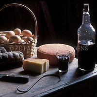 Adega colonial com queijo, copa e vinho de fabricacao artesanal, herança da colonizacao italiana. Urussanga, sul de Santa Catarina, Brasil. foto de Ze Paiva/Vista Imagens