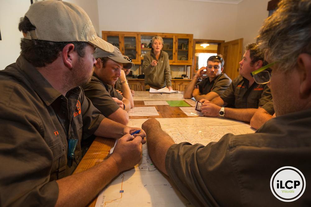 The organization of battered  hunting is complicated and must be perfectly coordinated. It is often women farmers, as here Lizelle, managing logistics for there to be two hunters in each 4x4 and closes at a minimum.<br /> Rietbron, Eastern Cape, South Africa / L&rsquo;organisation des chasses en battue est compliqu&eacute;e et doit &ecirc;tre parfaitement coordonn&eacute;e. Ce sont souvent les femmes des fermiers, comme ici Lizelle, qui g&egrave;rent la logistique pour qu&rsquo;il y ait deux chasseurs dans chaque 4x4 et par ferme, au minimum. <br /> Rietbron, Eastern Cape, Afrique du Sud
