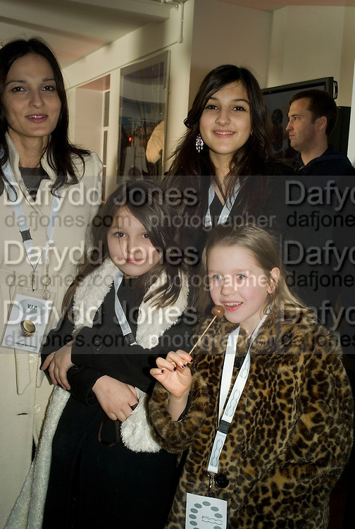YASMINE MILLS WITH HER CHILDREN LAURIE AND MADDIE AND COCO MUSGROVE. Launch of the Fiat 500. London Eye. London. 21 January 2008. -DO NOT ARCHIVE-© Copyright Photograph by Dafydd Jones. 248 Clapham Rd. London SW9 0PZ. Tel 0207 820 0771. www.dafjones.com.
