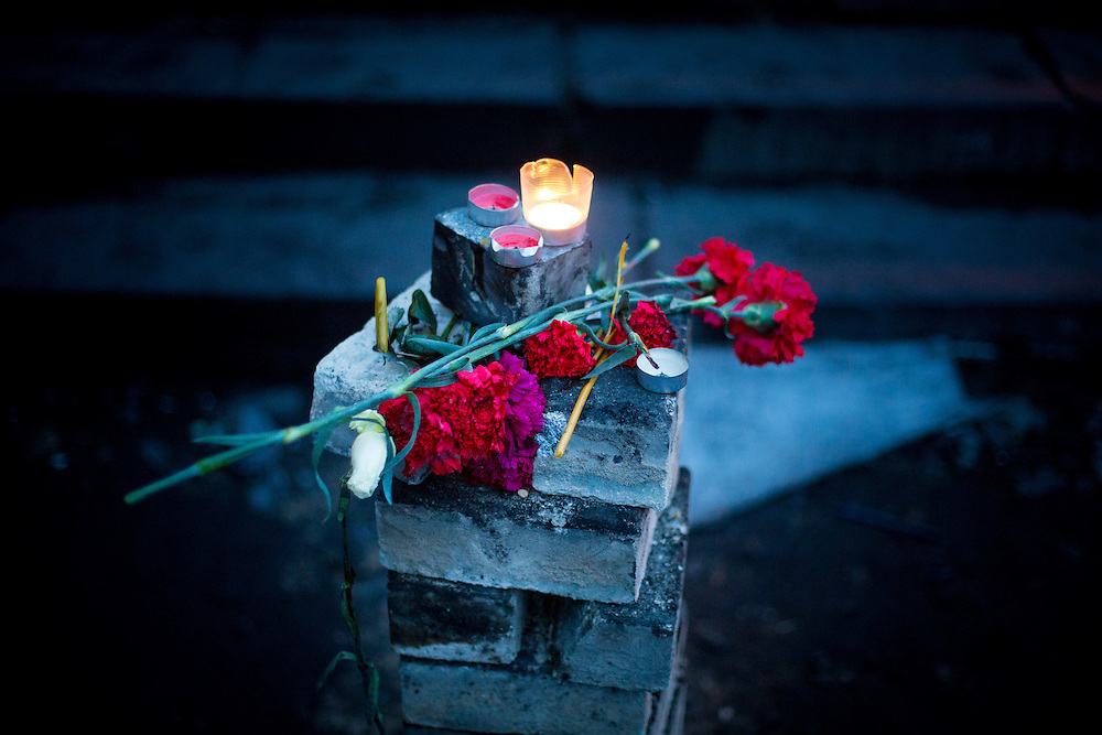 "A small improvised memorial to the ""heroes of Maïdan"", with red roses and a candle, on the Independance Square, in Kiev."