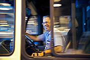 23206 Yves Dumontier chauffeur de bus a? la sortie du garage commence sa journe?e