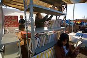 Pirapora _ MG, 22 de Junho de 2008..Revista Globo Rural...Projeto Generosidade - Leo do Peixe...Na foto, Leo armando a barraca na feira, ajudado pela sua esposa Analina e sua filha Izabela....Foto: LEO DRUMOND / AGENCIA NITRO