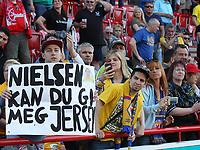 Fotball<br /> Tyskland<br /> Foto: imago/Digitalsport<br /> NORWAY ONLY<br /> <br /> 24.05.2015 Fan mit Plakat, Håvard Nielsen möchte ihm das trikot geben / 1. FC Union Berlin vs. Eintracht Braunschweig