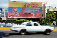 SAÚDE DE CHÁVEZ -  CARACAS - 04/01/2013 .INTERNACIONAL -  Banner em pró de Chávez em prédio da PDVSA localizado na Av.Libertador. Hugo Chávez, que foi operado em Cuba em dezembro último em decorrência de um câncer e tem enfrentado um pós-operatório difícil.  FOTO: DANIEL GUIMARÃES/FRAME