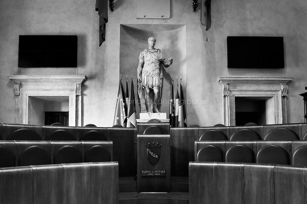 ROMA - 16 MAGGIO 2013: Il sindaco di Roma Gianni Alemanno tiene una conferenza stampa al Campidoglio per illustrare il nuovo servizio di riscossione dei tributi della Capitale, non pi&ugrave; gestito da Equitalia a Roma il 16 maggio 2013.<br /> <br /> La decisione del Campidoglio di non rinnovare il contratto con l&rsquo;agenzia Equitalia fa seguito ai risultati di un referendum on line nel quale l&rsquo;88% dei votanti intervistati sulla questione si &egrave; detto favorevole a non rinnovare gli accordi con l&rsquo;ente.