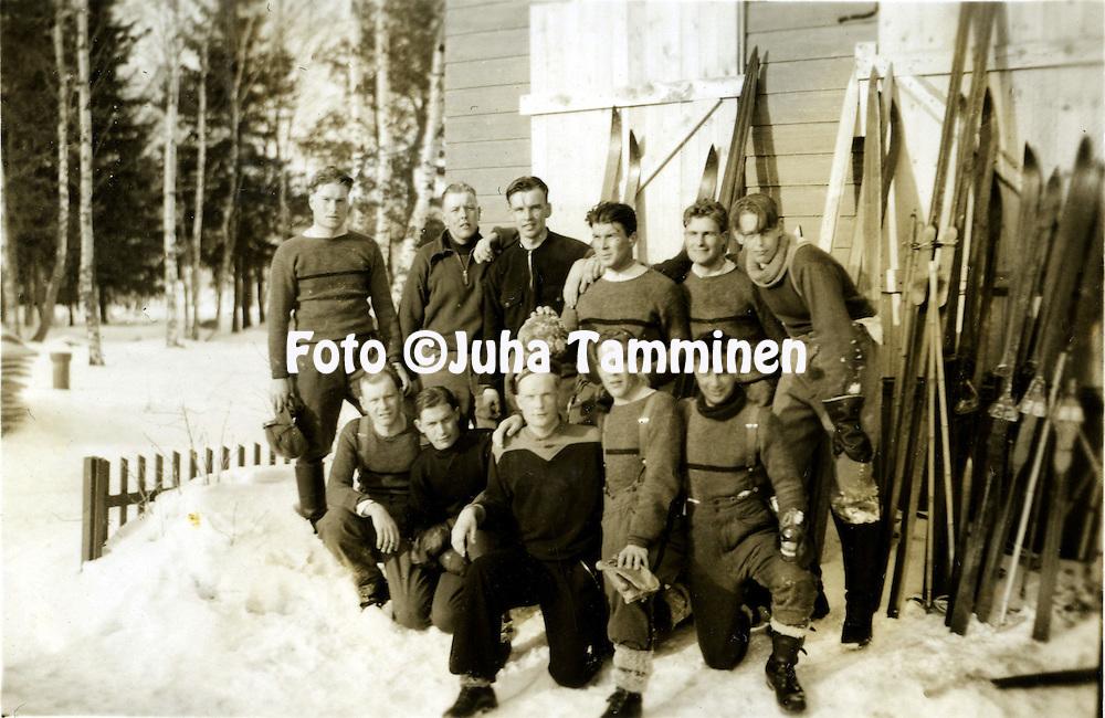 HJK:n &amp; maajoukkueen pelaaja Armas Pyyn albumi. <br /> Valmistautumista talvisotaan. Kuva vuodelta 1939.
