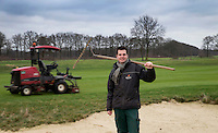 RISSBERGEN - WILLIAM BOOGAARTS, Greenkeeper van het jaar, werkzaam op o.a. Golfbaan De Turfvaert. Op de achtergrond de maaiende robot. COPYRIGHT KOEN SUYK