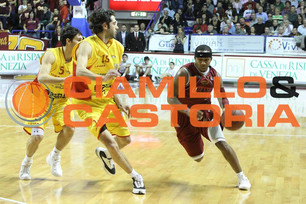 DESCRIZIONE : Venezia Lega Basket A2 2010-11 Umana Reyer Venezia Prima Veroli<br /> GIOCATORE : Keydren Clark<br /> SQUADRA : Umana Reyer Venezia Prima Veroli<br /> EVENTO : Campionato Lega A2 2010-2011<br /> GARA : Umana Reyer Venezia Prima Veroli<br /> DATA : 16/01/2011<br /> CATEGORIA : Palleggio<br /> SPORT : Pallacanestro <br /> AUTORE : Agenzia Ciamillo-Castoria/G.Contessa<br /> Galleria : Lega Basket A2 2009-2010 <br /> Fotonotizia : Venezia Lega A2 2010-11 Umana Reyer Venezia Prima Veroli<br /> Predefinita :
