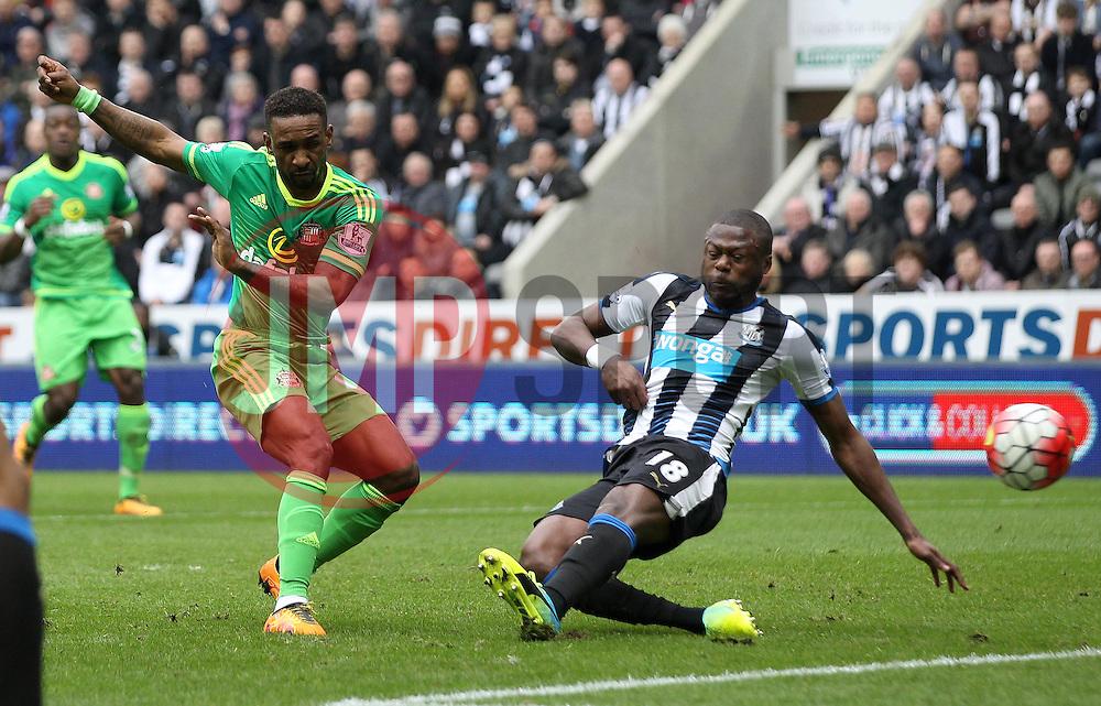 Jermain Defoe of Sunderland shoots at goal but miss the target - Mandatory byline: Robbie Stephenson/JMP - 20/03/2016 - FOOTBALL - ST James Park - Newcastle, England - Newcastle United v Sunderland - Barclays Premier League