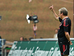 24.07.2010, Fritz-Walter Stadion, Kaiserslautern, GER, 1. FBL, Friendly Match, 1.FC Kaiserslautern vs FC Liverpool, im Bild Roy HODGSON (Trainer Liverpool) zeigt es an. Eins zu Null verloren, EXPA Pictures © 2010, PhotoCredit: EXPA/ nph/  Roth+++++ ATTENTION - OUT OF GER +++++